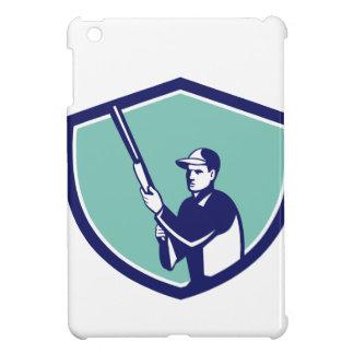 Cazador que lleva a cabo el escudo del rifle de la
