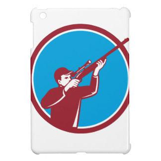 Cazador que tira encima del círculo del rifle
