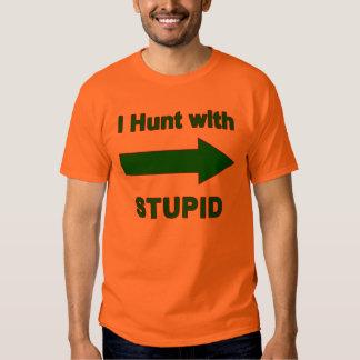 Cazo con estúpido - la camisa w/arrow de los