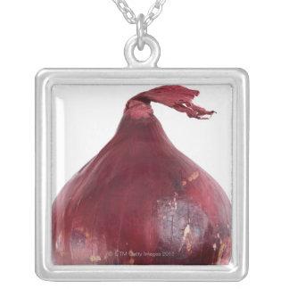 Cebolla roja aislada en el fondo blanco, DFF Grimpola
