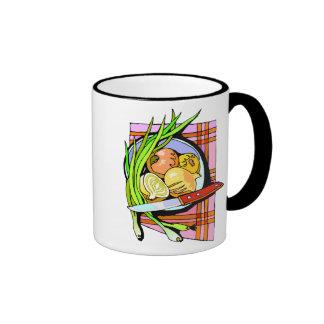 Cebollas y patatas cortadas taza de café