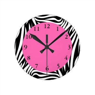 Cebra blanco y negro con rosas fuertes reloj redondo mediano