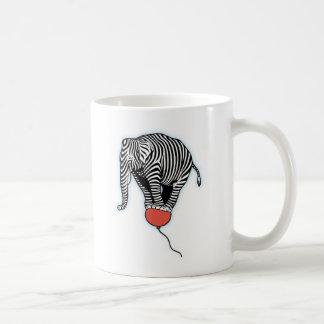 Cebra del elefante del vuelo taza básica blanca