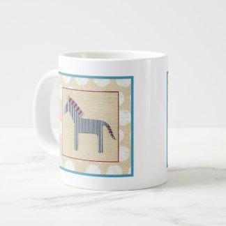 Cebra del recorte en el fondo poner crema taza de café gigante
