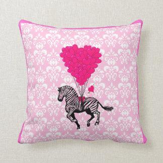 Cebra del vintage y globos rosados del corazón almohada