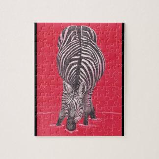 Cebra en rompecabezas rojo con la caja de regalo