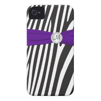 Cebra púrpura, negra, blanca con monograma rayada iPhone 4 Case-Mate carcasas