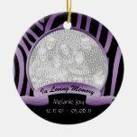 Cebra púrpura y negra en el ornamento cariñoso de ornamento de navidad