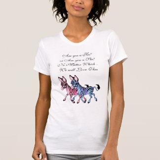 Cebra rosada y azul que cuenta con la camiseta playera