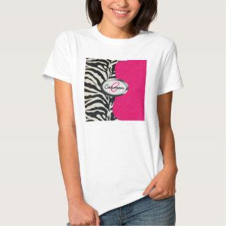Cebra y rosa de neón con el monograma metálico remera