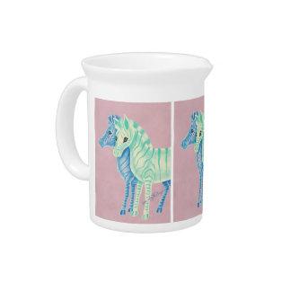 Cebras en colores pastel femeninas con las rayas jarras para bebida