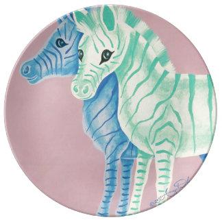 Cebras en colores pastel femeninas con las rayas plato de cerámica