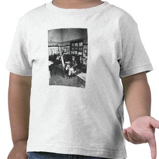 Cecil Aldin en su estudio Camisetas
