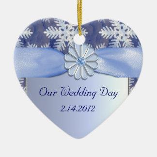 Celebración azul cristalina del copo de nieve adorno navideño de cerámica en forma de corazón