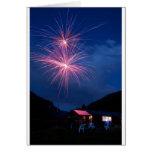 Celebración de los fuegos artificiales de la monta felicitaciones