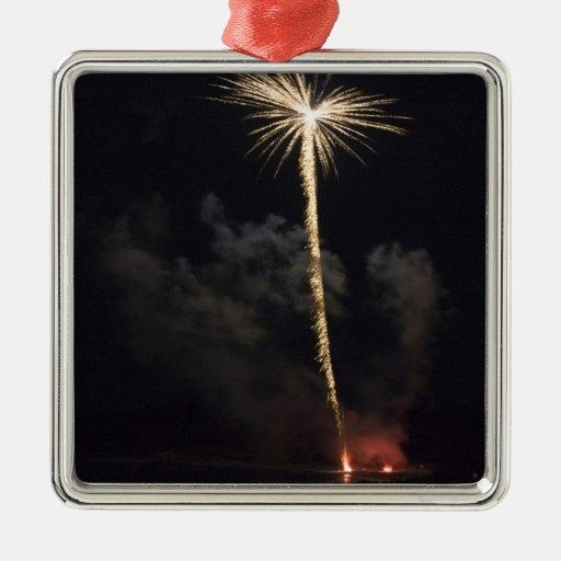 Celebración de los fuegos artificiales en la noche adorno navideño cuadrado de metal