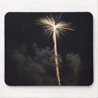 Celebración de los fuegos artificiales en la noche tapete de raton