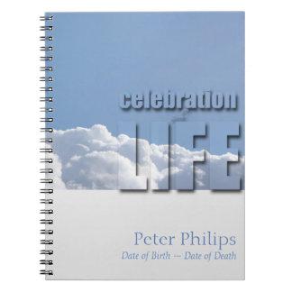 Celebración pacífica del cielo de la nube del libros de apuntes con espiral