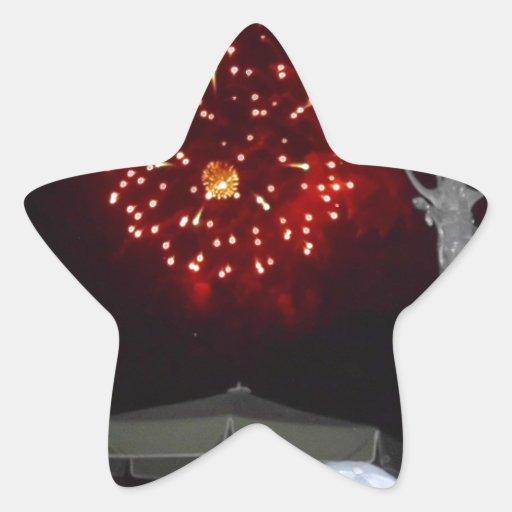 Celebración roja de los fuegos artificiales con el pegatina forma de estrella personalizadas
