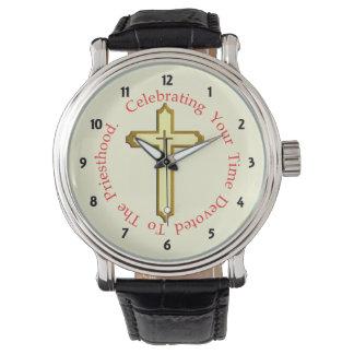 Celebraciones de la ordenación del sacerdote del relojes de mano