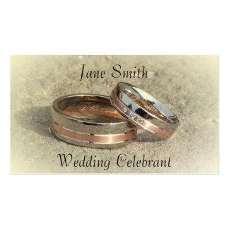 Celebrante del boda con los anillos de bodas tarjetas de visita