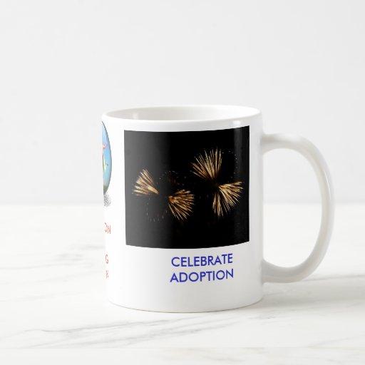 Celebre a la familia del blanco de la adopción tazas de café