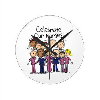 Celebre a nuestras enfermeras reloj redondo mediano
