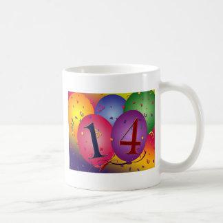 Celebre el 14to cumpleaños taza clásica