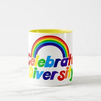 Celebre el arco iris de la diversidad taza dos tonos