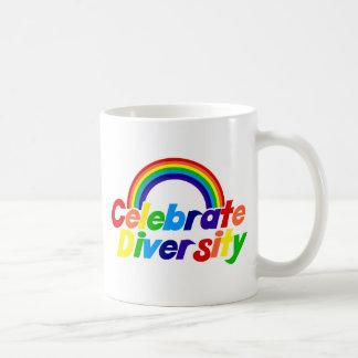 Celebre el arco iris de la diversidad taza básica blanca
