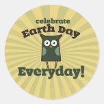 Celebre el búho diario del Día de la Tierra Etiquetas Redondas