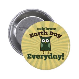 Celebre el búho diario del Día de la Tierra Pin Redondo De 2 Pulgadas