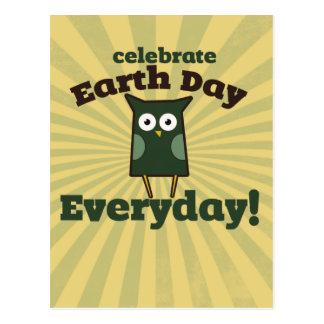 Celebre el búho diario del Día de la Tierra Tarjetas Postales