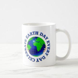Celebre el Día de la Tierra cada día Taza Básica Blanca