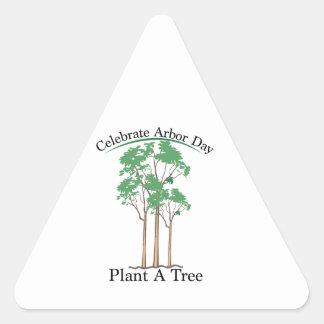 Celebre el día del árbol pegatina triangular