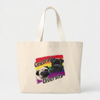 Celebre el negro de la diversidad y el barro amasa bolsas de mano