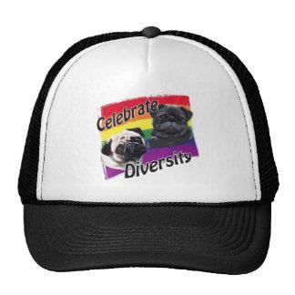 Celebre el negro de la diversidad y el barro amasa gorras de camionero