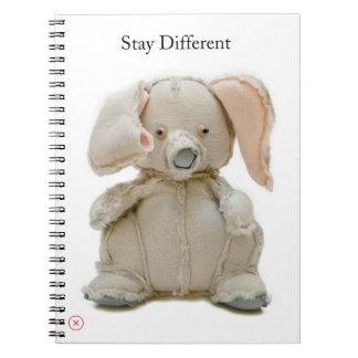Celebre la diferencia con un elefante spiral notebooks