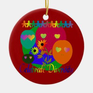 Celebre la diversidad adorno navideño redondo de cerámica