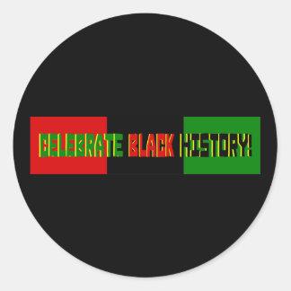Celebre la historia negra--Bandera roja negra y v Etiqueta Redonda