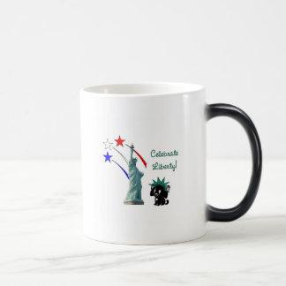 Celebre la libertad taza