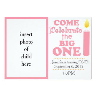 Celebre la una invitación rosada grande del