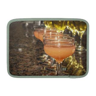 Celebre - las bebidas femeninas anaranjadas en vid funda para macbook air