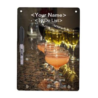 Celebre - las bebidas femeninas anaranjadas en vid pizarras blancas de calidad