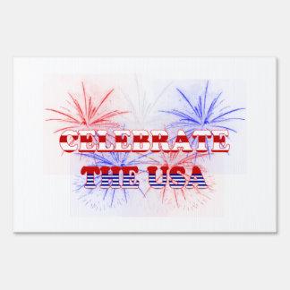 Celebre los fuegos artificiales azules blancos roj cartel