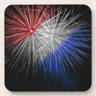 Celebre los fuegos artificiales patrióticos blanco posavaso