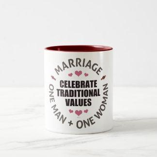 Celebre los valores tradicionales taza dos tonos