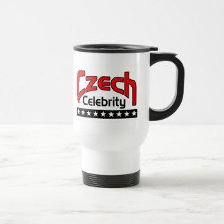 Celebridad checa taza de viaje
