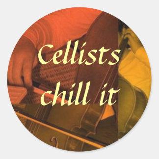 cello1 naranja, frialdad de los violoncelistas él pegatina redonda