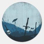 Cementerio con los cráneos y los cuervos etiquetas redondas